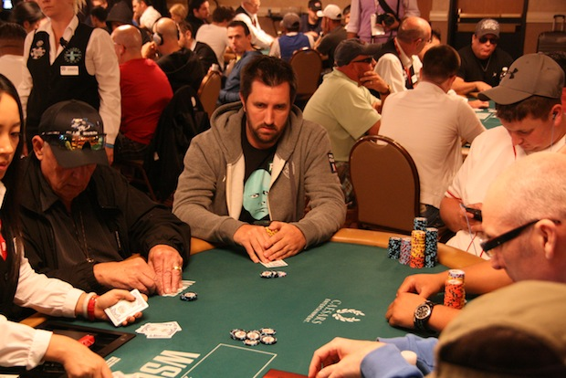 joueur poker décontracté